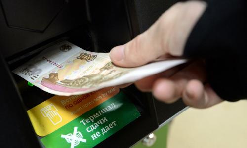 Российские банки разрешат снимать деньги с чужой карты