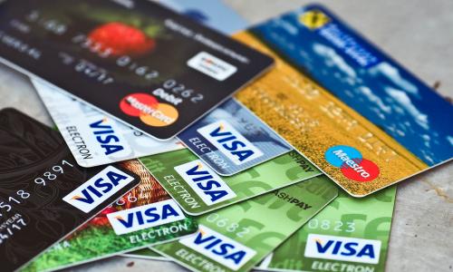 Банки резко повысили лимиты по новым кредитным картам