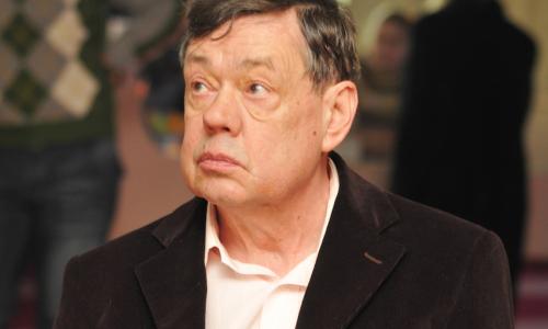 Выцветшее фото и сорняки: что стало с могилой Николая Караченцова