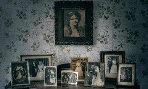 Что делать с фотографиями умерших родственников: можно ли хранить их дома?