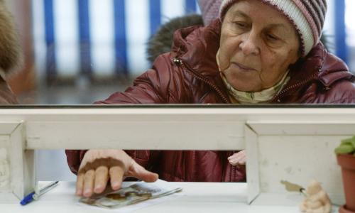 ВТБ застрахует счета и карты пенсионеров от мошенников