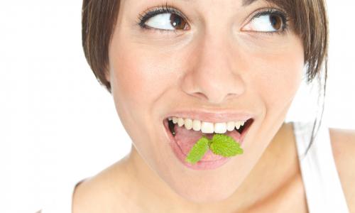 Врач рассказала, о каких проблемах сигнализируют привкусы во рту