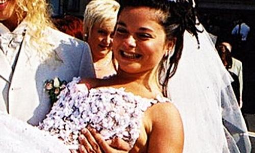 Кольцо за 9 тысяч долларов: Королева выходит замуж в третий раз