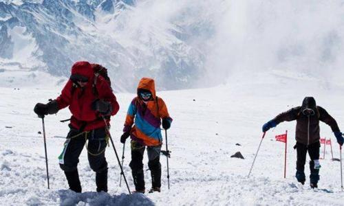 Сопровождавший группу на Эльбрусе гид бросил альпинистов