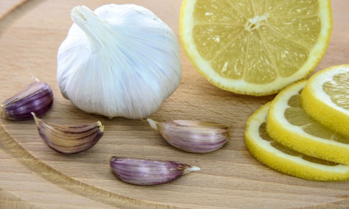 Иммунолог рассказала об эффективности лимона и чеснока для иммунитета